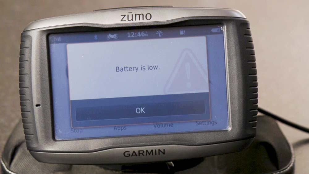 Does your Garmin Zumo 590 run on its battery for only a few minutes?